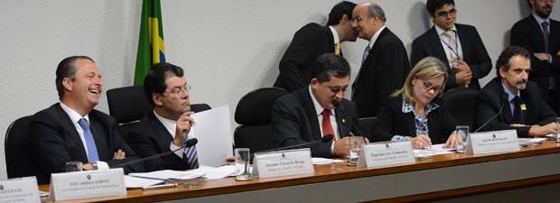 O governador Eduardo Campos (prmeiro, da esq. para a dir.) e a ministra Gleisi Hoffmann em audiência, no Senado, da comissão mista sobre a MP dos Portos (Foto: Fabio Pozzebom / Ag. Brasil)