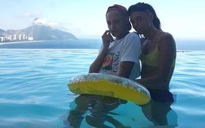 Bem plenas na piscina, com esse solzão que faz no Rio.