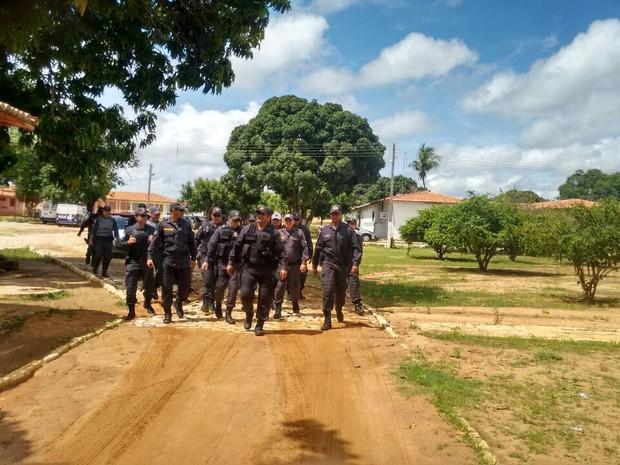Policiais se preparam para intervir na penitenciária  (Foto: Francileno Góis/Vitrine do Oeste)