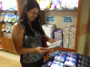 Professora Isaura Assis gostou da diversidade de livros (Foto: Cassio Albuquerque/G1)