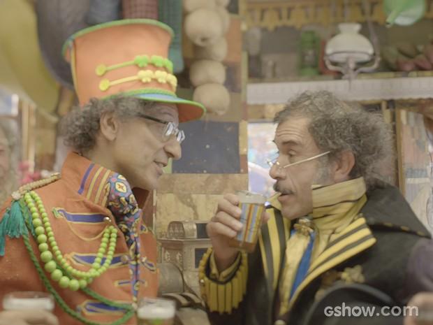 Maestro da banda conta a Prefeito que Serelepe fugiu (Foto: Meu Pedacinho de Chão/TV Globo)
