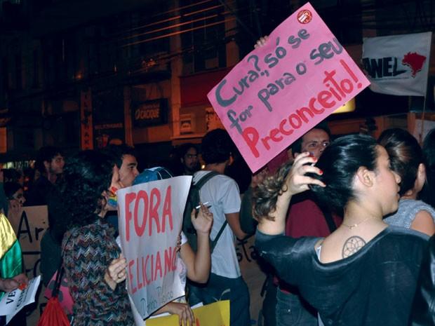 Passeata reúne 300 pessoas em Campinas contra o projeto de lei da cura gay (Foto: Lana Torres / G1)