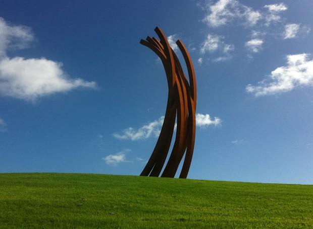 bernar-venet-88-arc-parque-esculturas-nova-zelandia-2.jpg (Foto: Reprodução Gibbs Farm/Divulgação)