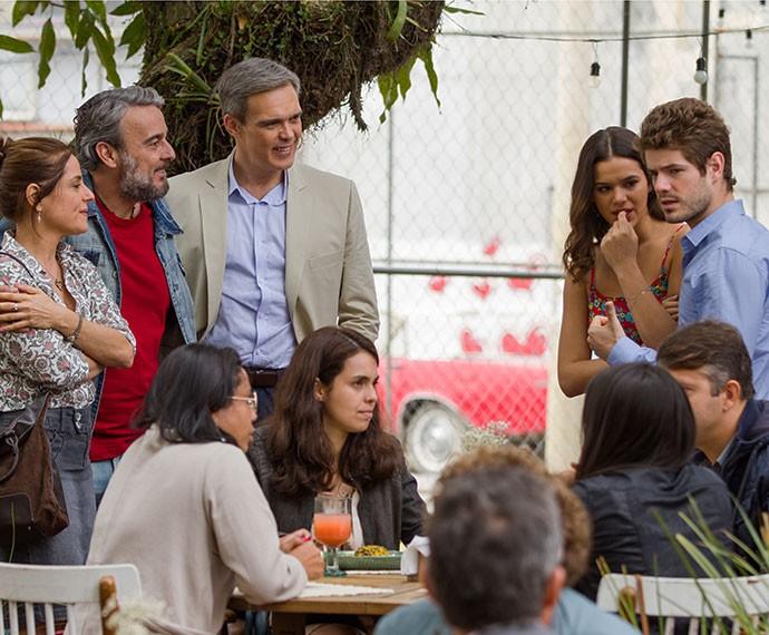 Mari, Ben, Eva, Juju e Tomás não encontram mesa vaga no Cebola Brava (Foto: Fabiano Battaglin/Gshow)