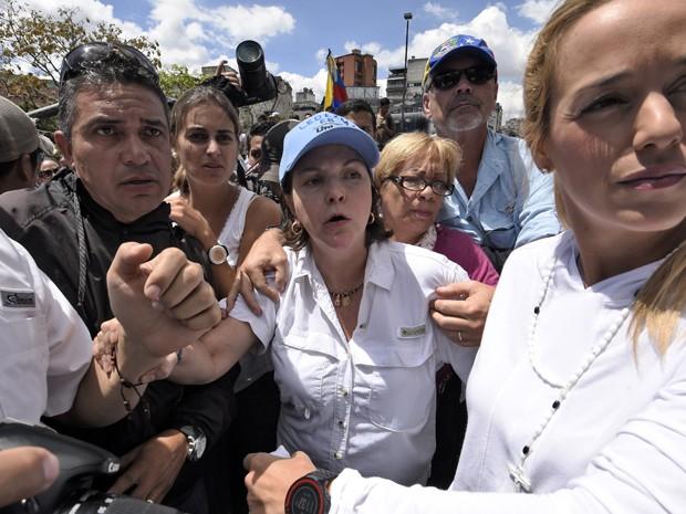 Mitzy, esposa do prefeito de Caracas Antonio Ledezma, Caracas é vista após reunião na Capital da Venezeual na sexta-feira (20). O prefeito foi acusado de conspirar para derrubar o governo de Maduro (Foto: Juan Barreto/AFP)