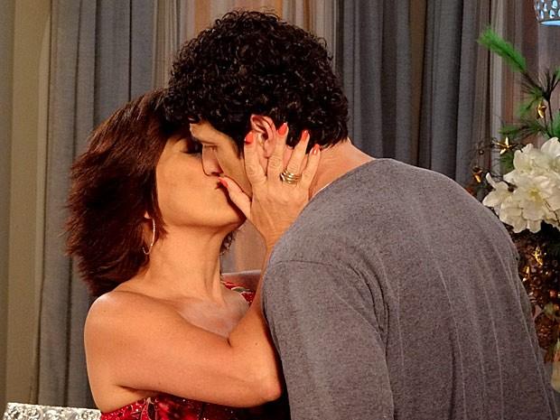 Roberta não perde tempo e beija Nando (Foto: Guerra dos Sexos / TV Globo)