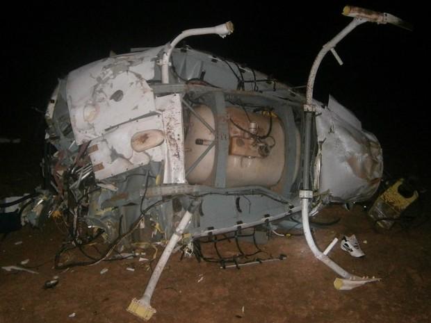 Helicóptero de Fernandão fica destruído ao cair às margens do Rio Araguaia, em Goiás (Foto: Divulgação/ Corpo de Bombeiros)