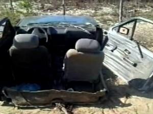 Veículo se parte ao meio após colisão em um poste (Foto: TV Diário / Reprodução)