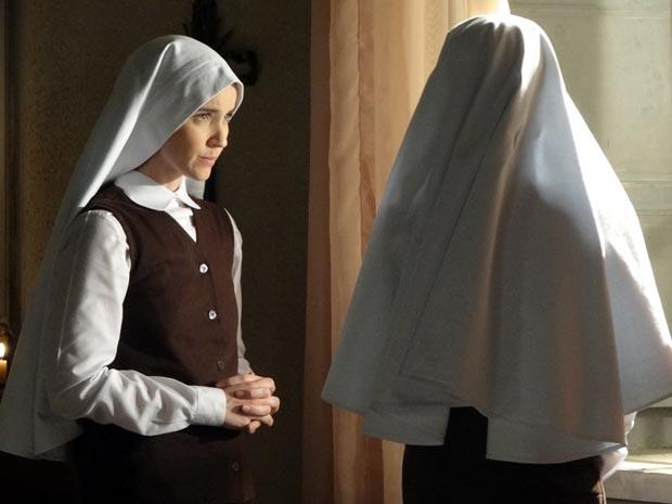 Gerusa fica desesperada com a história que a noviça lhe conta (Foto: Gabriela / TV Globo)
