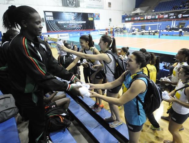 Brasileiras doam joelheiras para quenianas após jogo pelo Mundial Sub-23 (Foto: Divulgação/FIVB)