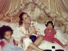 Mariah Carey aparece em foto 'corujando' os filhos na cama
