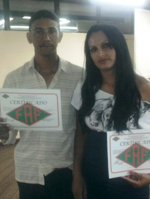 Casal com os diplomas de árbitros pela Federação Roraimense de Futebol (Foto: Arquivo Pessoal)