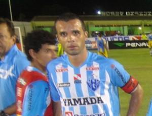 Marcus Vinícius assumiu a braçadeira de capitão após Vanderson ser substituído (Foto: Gustavo Pêna/GLOBOESPORTE.COM)