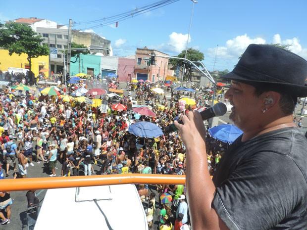 Cantor André Rio puxou o primeiro trio elétrico do Camburão da Alegria (Foto: Katherine Coutinho / G1)