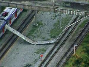 Placa se desprende de passarela na Zona Leste de SP (Foto: Reprodução/TV Globo)