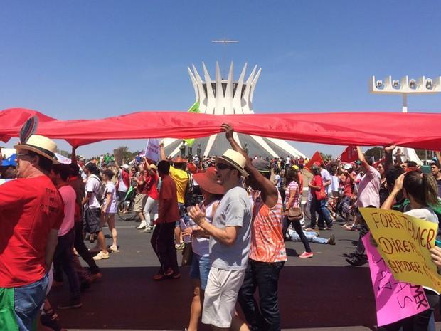 Manifestantes percorrem Esplanada dos Ministérios em protesto contra Temer após o fim do desfile de 7 de Setembro (Foto: Mateus Vidigal/G1)