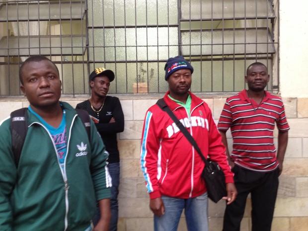 Grupo de imigrantes haitianos que chegaram nesta segunda-feira em São Paulo vindos do Acre (Foto: Carolina Dantas/G1)