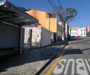 Nos bairros principais, há pontos de ônibus novos com cobertura (Foto: Rosanne D'Agostino/G1)