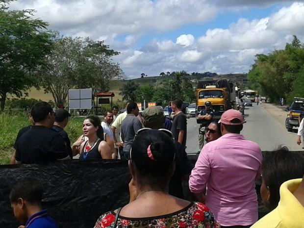 Protesto fecha o quilômetro 52 da BR-408, em Nazaré da Mata (Foto: Reprodução / WhatsApp)