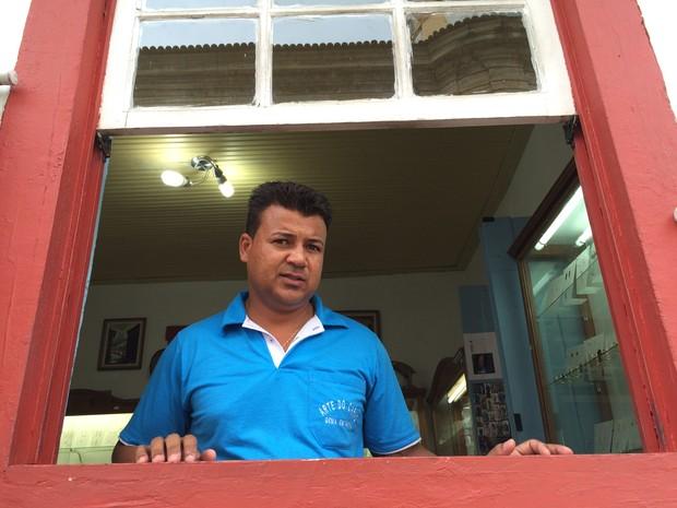 Comerciantes como o joalheiro Paulo Sérgio Gomes se queixam de que o desastre afugentou turistas (Foto: Flávia Mantovani/G1)