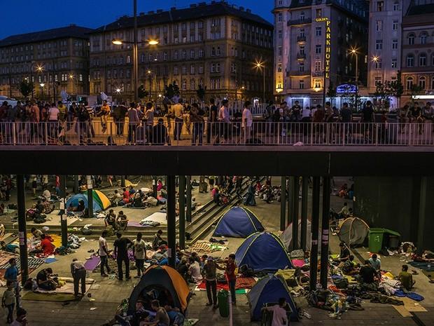 Dezenas de famílias de refugiados, a maioria da Síria, acampam perto da estação central em Budapeste, na Hungria (Foto: Mauricio Lima/The New York Times/The Pulitzer Prize)