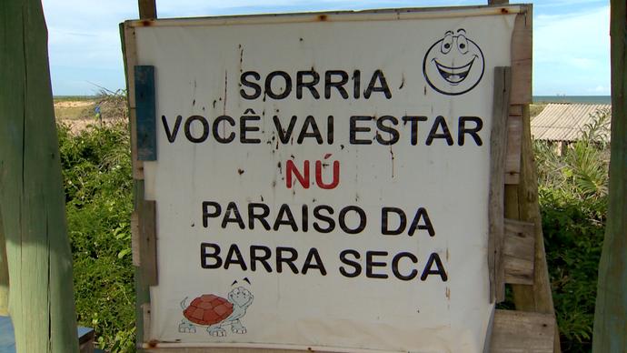 Aviso encontrado na praia de nudismo em Barra Seca, Linhares (Foto: Divulgação/ TV Gazeta ES)