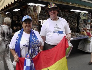 Mary Robson e Mike torcedores Chelsea Supercopa Praga (Foto: Claudia Garcia / GloboEsporte.com)