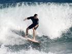 Vladimir Brichta tira onda, literalmente, em dia de surf na praia da Macumba