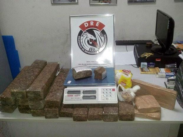 Com suspeitos foram apreendidos 25kg de maconha, 2kg de crack e uma balança de precisão (Foto: Adryana Cavalcanti/Seds-PB)