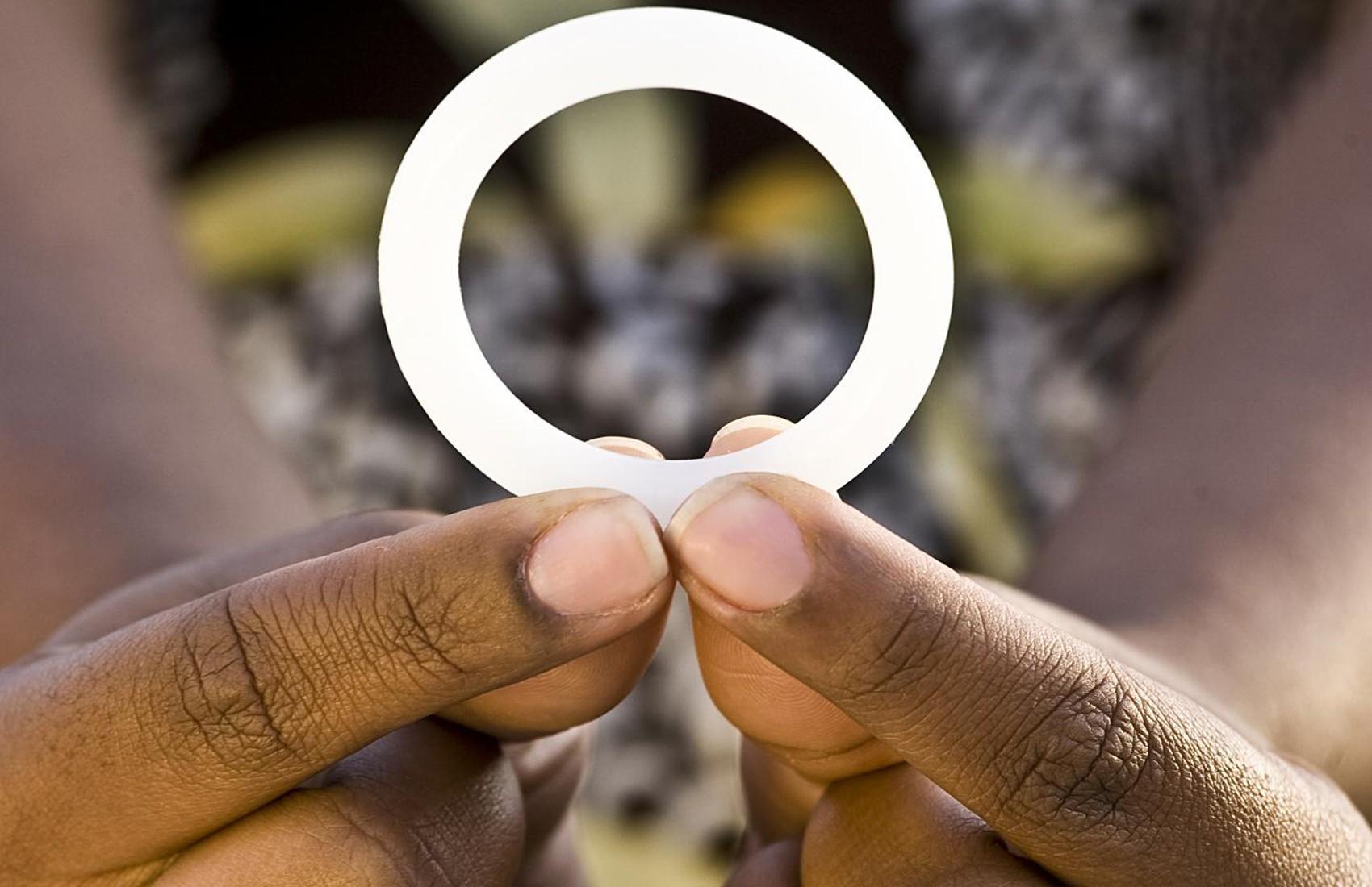 Mulher segura o anel vaginal testado pelo estudo Aspire  (Foto: International Partnership for Microbicides/Divulgação)
