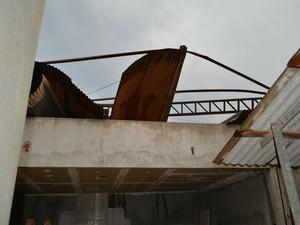 Morador desistiu de se mudar para casa nova ao ver parte da estrutura do galpão sobre o teto da residência (Foto: Mary Porfiro/G1)