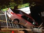 Carro é lançado contra cerca após bater em outro veículo no DF