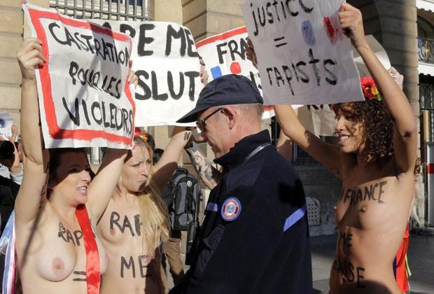 Com mensagens escritas em seus corpos e cartazes, as jovens enfrentaram os policiais nesta segunda-feira (15) (Foto: Jacky Naegelen/Reuters)