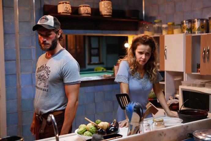 Gilfa espera Dino chegar para colocar tudo em pratos limpos (Foto: Pedro Carrilho / Gshow)