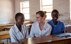 Emma Watson conversa com as estudantes Stella Kalilombe e  Cecilia Banda que voltaram a estudar após terem seus casamentos anulados