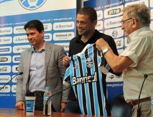 Edinho é apresentado como novo jogador do Grêmio (Foto: Hector Werlang / GloboEsporte.com)