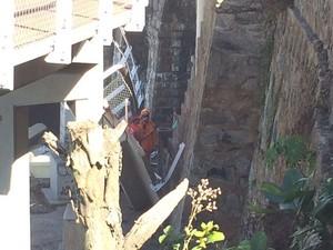 Técnicos analisam local em que ciclovia desabou na Avenida Niemeyer, no Rio (Foto: Fernanda Rouvenat/G1)