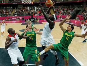 basquete tiago splitter marcelinho machado brasil Luol deng Pops Mensah BOnsu londres 2012 (Foto: Agência Reuters)