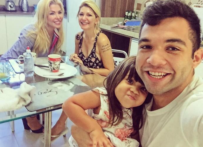 Jonathan Costa curte a família, com a noiva Antônia Fontenelle e a filha (Foto: Arquivo pessoal)