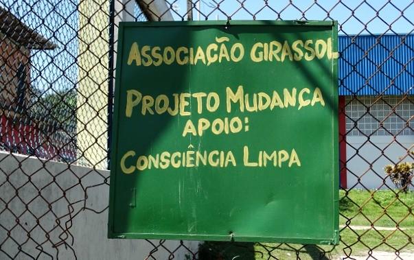 Ação teve a iniciativa da Associação Girassol, que fica na rua que possui o mesmo nome (Foto: Onofre Martins/Rede Amazônica)