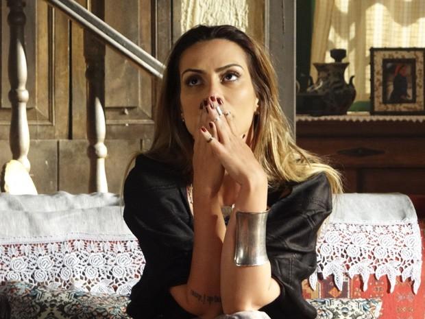 Bianca fica incomodada após briga com o amado  (Foto: Salve Jorge/ TV Globo)