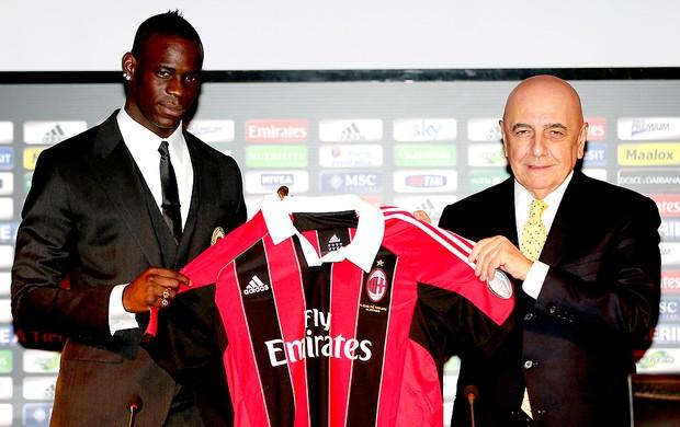 Mario Balotelli apresentado no Milan (Foto: AP)