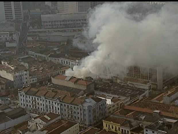 Fogo atinge imóvel no Centro Rio. (Foto: Reprodução TV Globo)