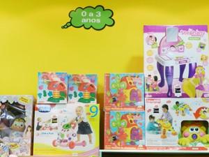 Brinquedos são separados por idade em uma loja de Divinópolis (Foto: Anna Lúcia Silva/ G1)