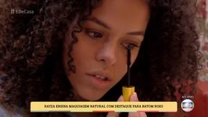 Para os cílios de baixo, Rayza dá a dica: aplicador na vertical! (Foto: TV Globo)