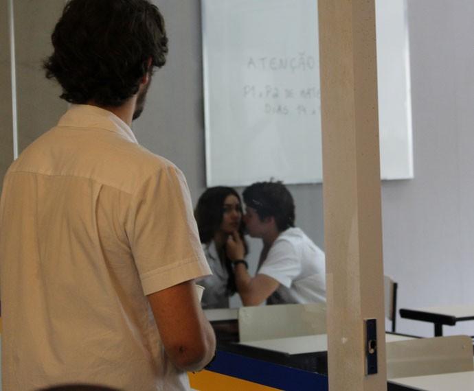 Luciana olha pra Luan que observa Ludrigo (Foto: Thais Dias/Gshow)