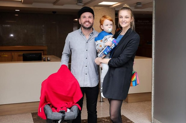 Carol Trentini deixa a maternidade (Foto: Manuela Scarpa/Brazil News)