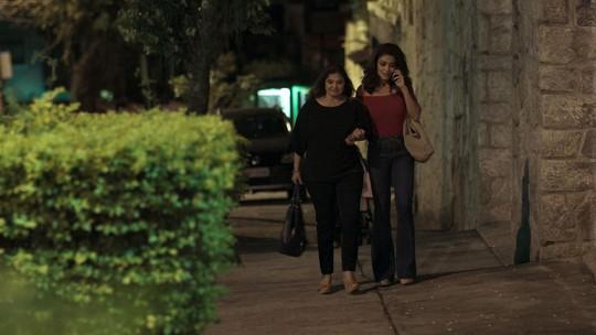 Bibi e Aurora encontram Caio na noite do noivado dele