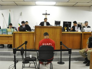 06/03/2013 - Bruno de frente para a juíza durante depoimento no terceiro dia do julgamento (Foto: Renata Caldeira /TJMG)