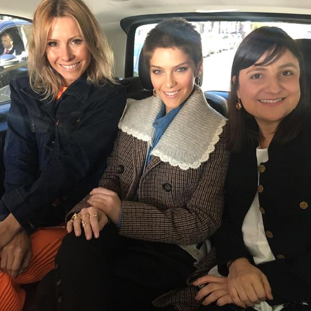 Mônica Salgado, Santoni e Adriana Bechara a caminho do desfile, nesta quarta, 5 (Foto: Glamour)